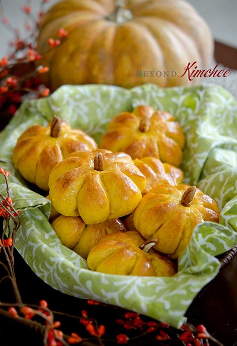 Pumpkin-dinner-rolls-1